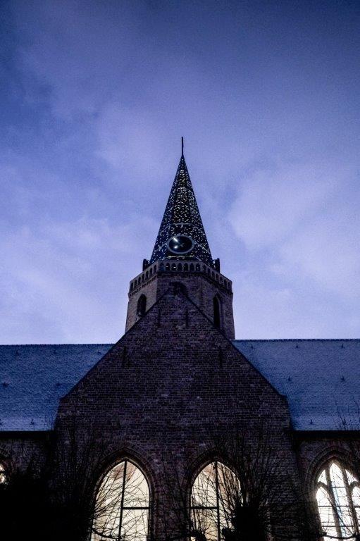 Dankzij de perforaties in de torenspits en de gereconstrueerde glasramen fungeert de kerk 's avonds en 's nachts als baken van licht voor de omgeving. (Beeld: Thibault Florin)