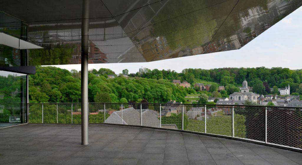 Le plafond de la terrasse panoramique, revêtu d'aluminium anodisé, renvoie la lumière et les images de manière 'floutée'.