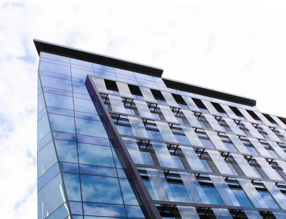 De opvallende façade – een uitspringende staalstructuur met een dubbele glazen huid – geeft het geheel een unieke aanblik.