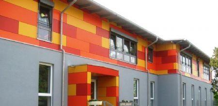 Gevel met functioneel kleurenconcept siert kleuterschool in het Duitse Dorhan
