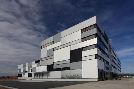 Kalzip geeft distributiecentrum in Niedernberg  een 'Mondriaan-façade'