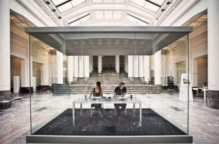 Kunstwerk One Million Years van On Kawara in Bozar in geluidwerende glasbox Saint-Gobain