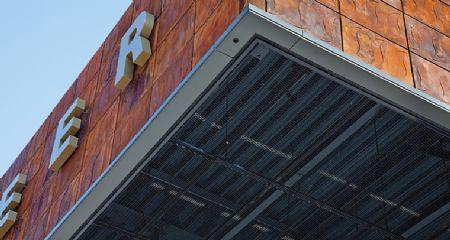 Brandveilig strekmetaal maakt plafonds met visuele effecten mogelijk