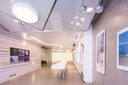 Estrikor plaatst spanplafonds in de Antwerpse Concept Gallery