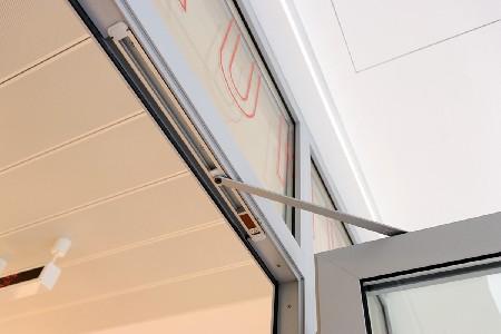 Dorma ontwikkelt inbouwdeursluiter met vrijloopfunctie