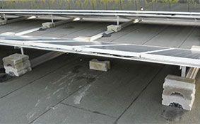 Zonnepanelen op platte daken: windbelastingen