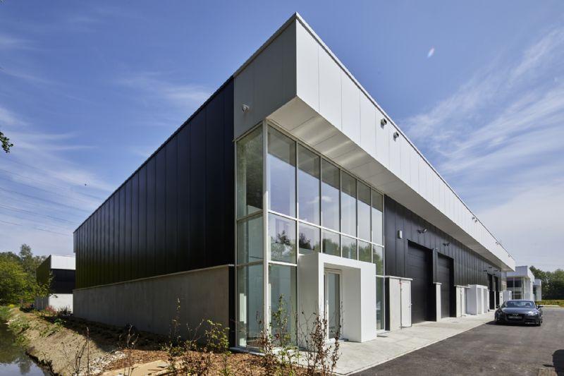 Bedrijvenpark Zuiderpark Genk met loodsen en showrooms