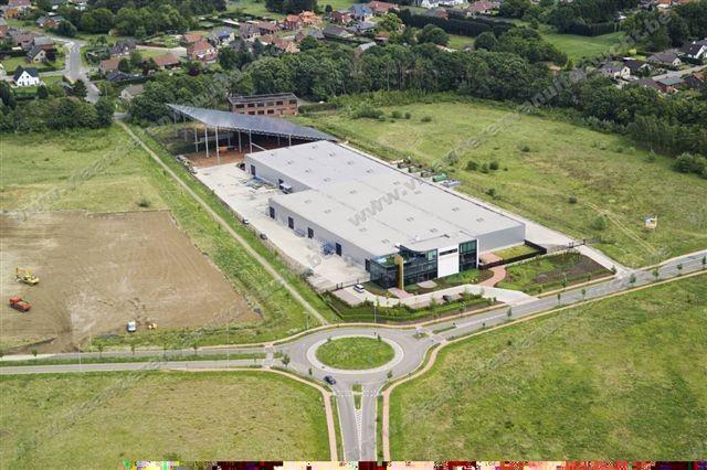 Bâtiment entreprise Ceyssens Glas avec toit de panneaux solaires