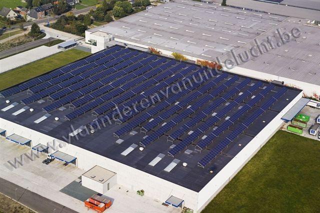 Uitbreiding Reynaers Aluminium met zonnepanelen op het dak